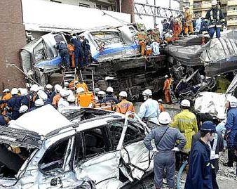 JR福知山線脱線事故 白い車 画像